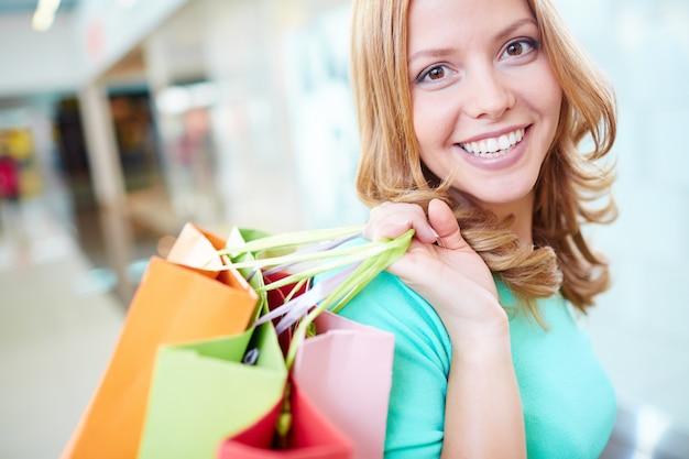 買い物中毒の女性のクローズアップ
