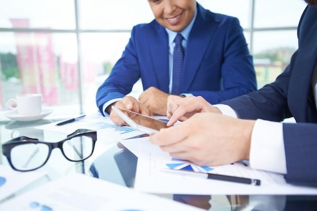 Бизнесмены, работающие с сенсорной панели крупным планом