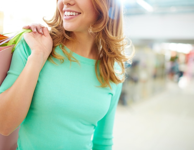 ショッピングバッグを持つ女性の腕、クローズアップ