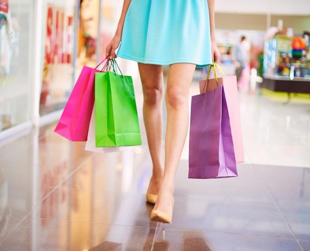 モールでカラフルなショッピングバッグ