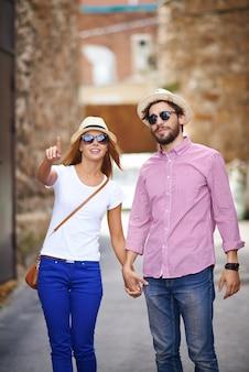 Романтическая пара, принимая прогулку