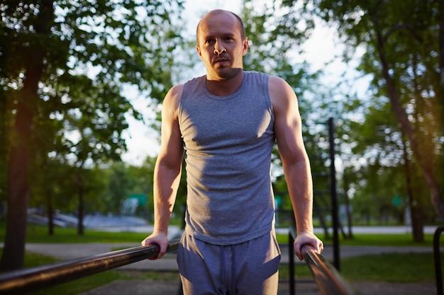 公園で運動し、健康な人