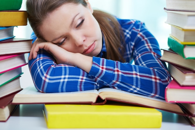 ライブラリーの中で眠って疲れている女の子