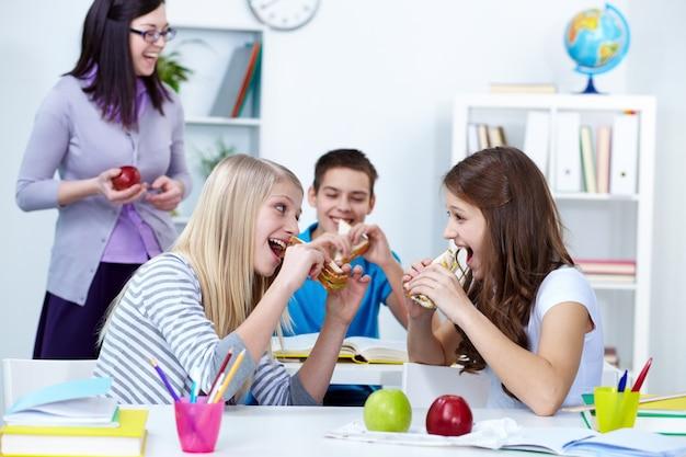Девушки игривый кусали бутерброды