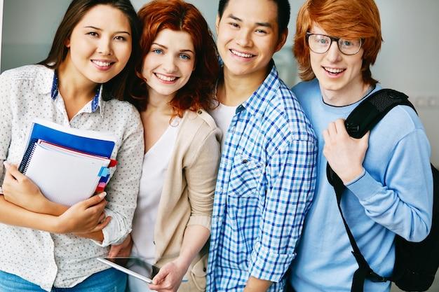Крупным планом улыбающихся подростков