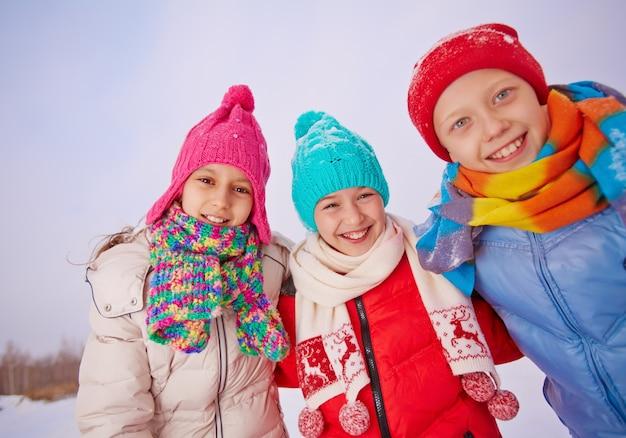 冬に屋外で遊んでいる子供たち