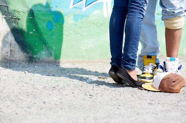 カップルの足のクローズアップ