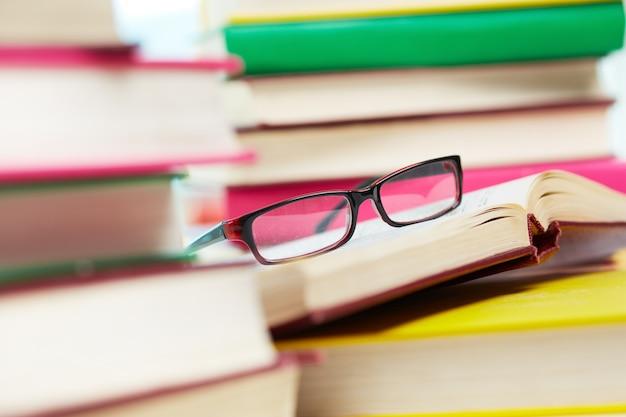 開いた本にメガネ