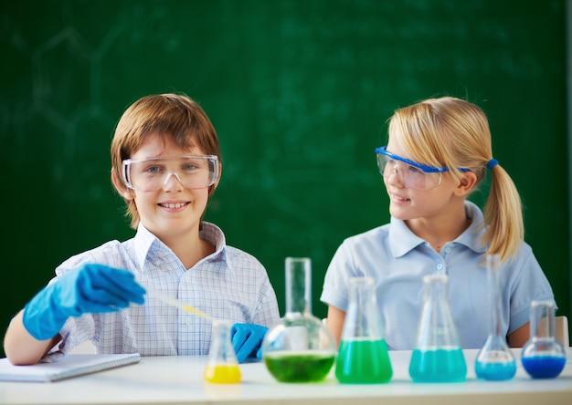 ラボで彼らの目を保護する小学生
