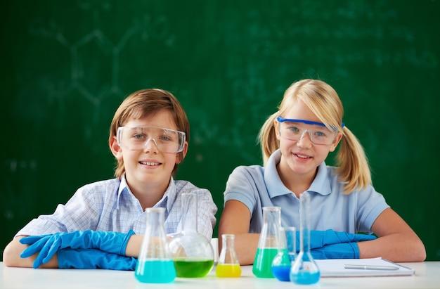 研究室で学生を笑顔