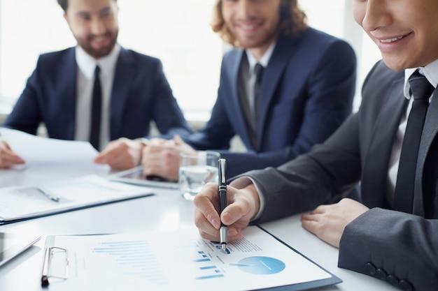 Крупным планом улыбается бизнесмен анализа диаграммы