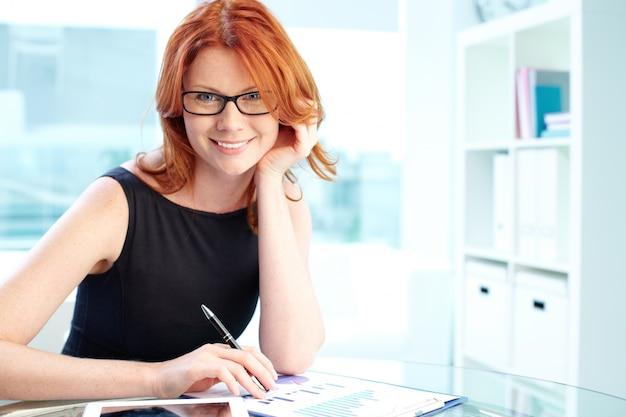 彼女のオフィスで眼鏡をかけて女性実業家