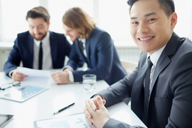 Крупным планом предпринимателя с большой улыбкой