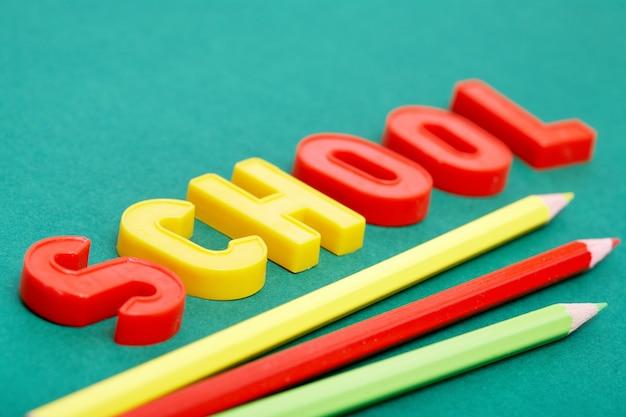カラフルな鉛筆で文字のクローズアップ