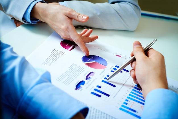 事業報告について議論同僚