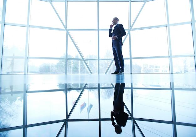 Бизнесмен говорить по телефону