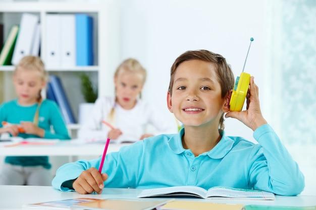 男子生徒はクラスで音楽を聴きます