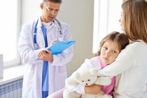 診療所での悲しい少女