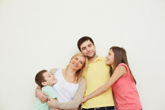 Любящий отец со своей семьей