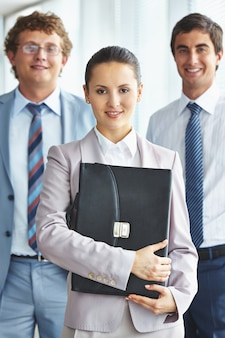 Молодой руководитель с черным портфелем