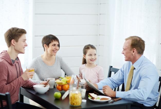 家族と一緒に朝食を楽しむ