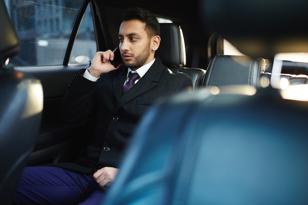 車で電話する