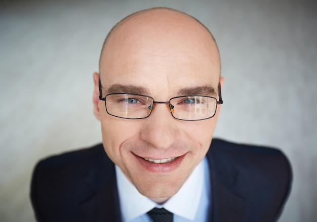 眼鏡をかけた男性幹部のクローズアップ