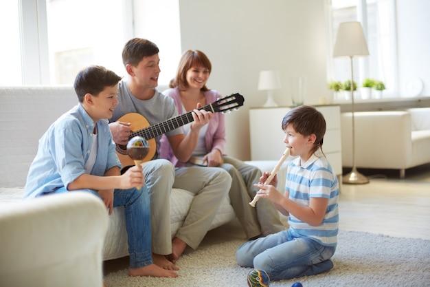 Семья играет на музыкальных инструментах