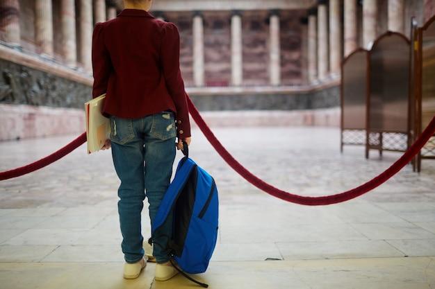 Ученик в музее