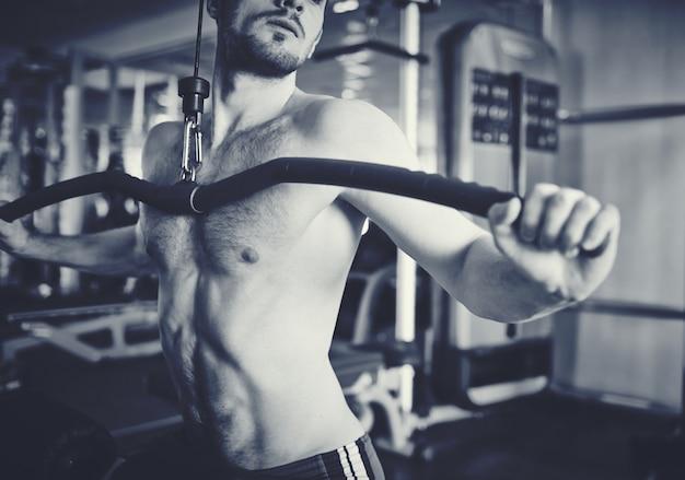 黒と白で筋肉の胴体のクローズアップ