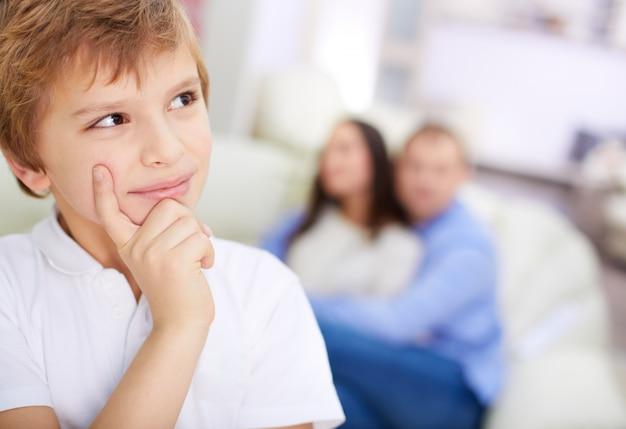 Ребенок мышления с фоном родителей