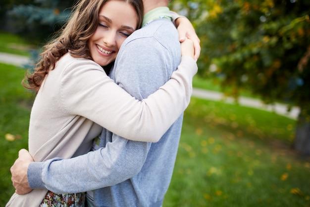 彼女のボーイフレンドを抱いて幸せな女
