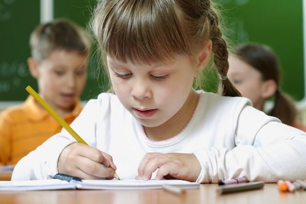 Крупным планом мало обучения девочек рисовать