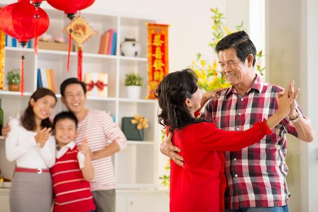 Бабушки и дедушки танцуют в тет