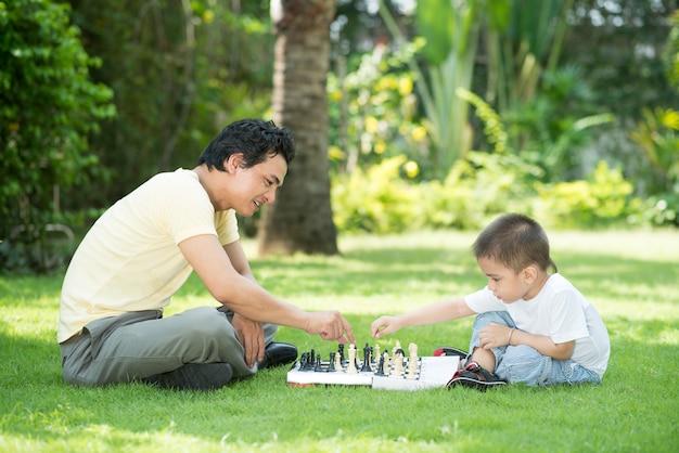 お父さんとチェスをする