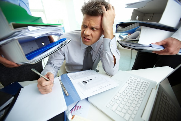 頭痛を持つビジネスマン