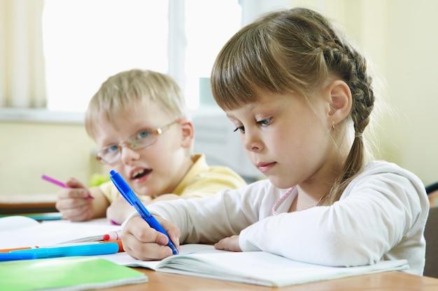 Крупным планом учеников делать домашние задания