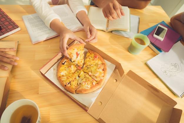 ピザを食べる