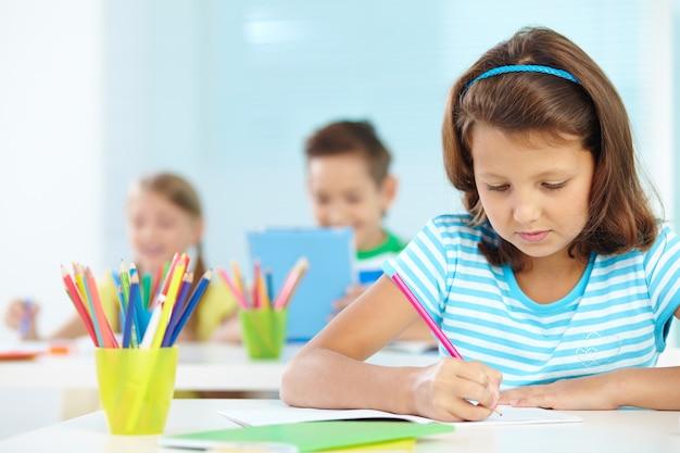 Концентрированный студент в классе