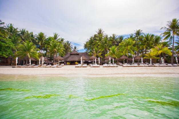 Тропический белый солнечный пляж в красивом экзотическом курорте
