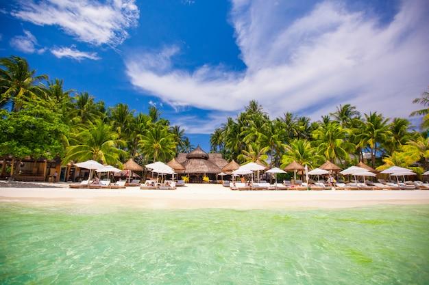 美しいエキゾチックなリゾートの熱帯の白い太陽が降り注ぐビーチ