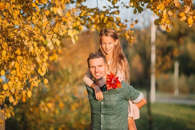 お父さんと公園で美しい秋の日に子供の家族