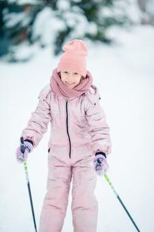 山でスキーをする子。子供のための冬のスポーツ。