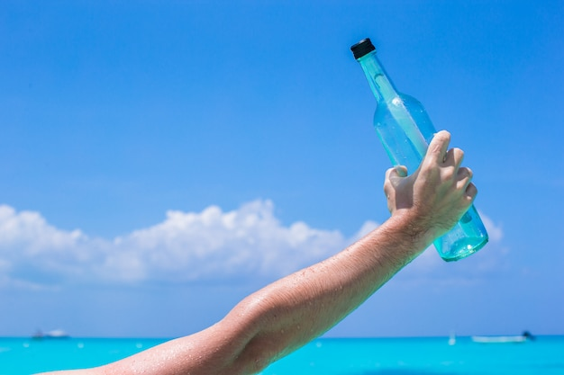Бутылка с сообщением на руке