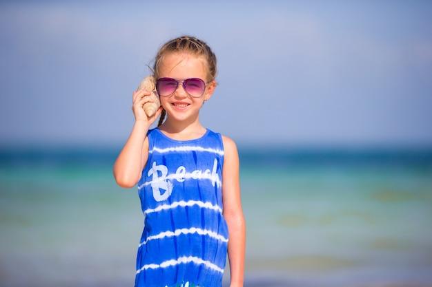 貝殻を持つ愛らしい少女の肖像画