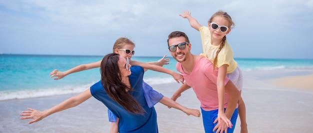 Счастливая семья с детьми на пляже