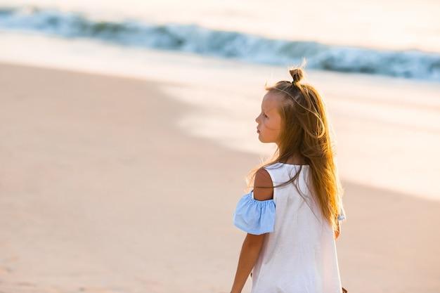 夏休みの間にビーチでのかわいい女の子