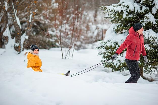 屋外でクリスマスイブにパパと子供の休暇の家族