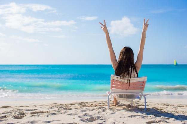 Молодая женщина в шезлонге во время летних каникул