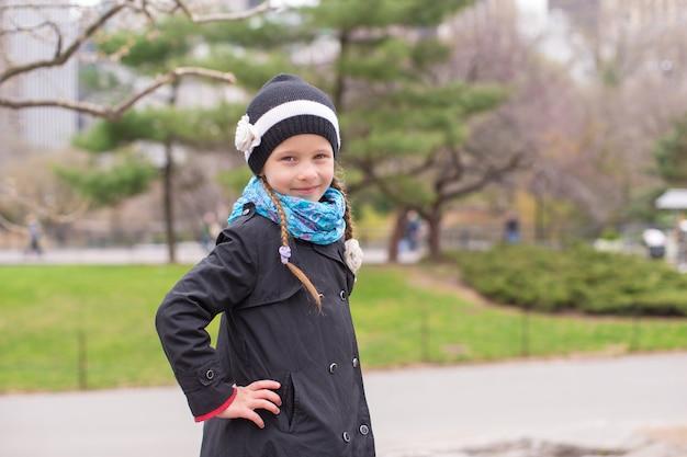 ニューヨーク市のセントラルパークで風船を持つ愛らしい少女